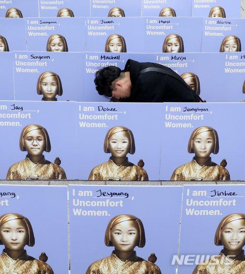 【画像ワロタ】韓国人が自分の顔と慰安婦像を合成して抗議デモ【病身】