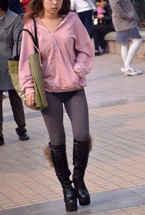 スカートを履き忘れて街に出てきてしまった女の子、見つかるwww