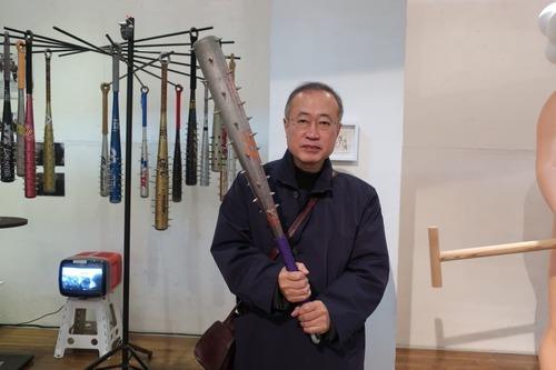 【画像】立憲民主党の有田芳生議員(65歳)が釘バットを持ってアップを始めるwwwww