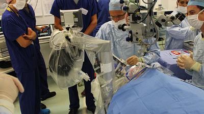 世界で初めてロボットが人間の目の手術に成功!人間の外科医の10倍の精度を発揮w ロボットドクターで安心できる時代がくるのか