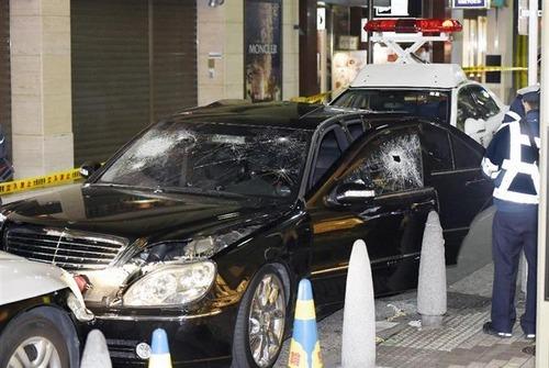 【画像】大阪心斎橋で不審のベンツSL600が逆走wwwww警察官が発砲してベンツがボロボロに