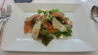 スモークサーモンとハーブチキンのサラダ