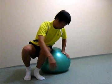 ボールでストレッチ(背中ねじり)