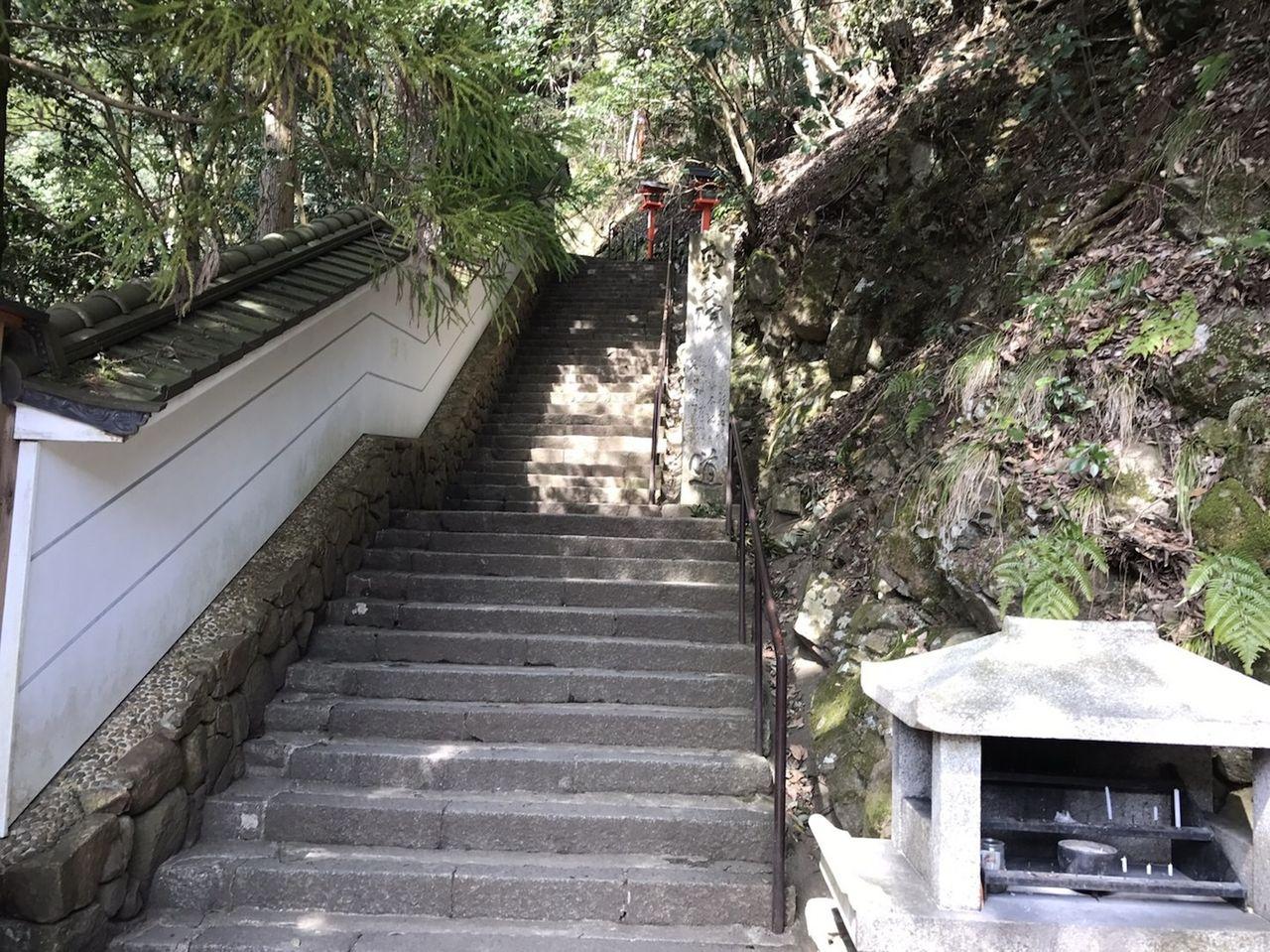 神社と階段