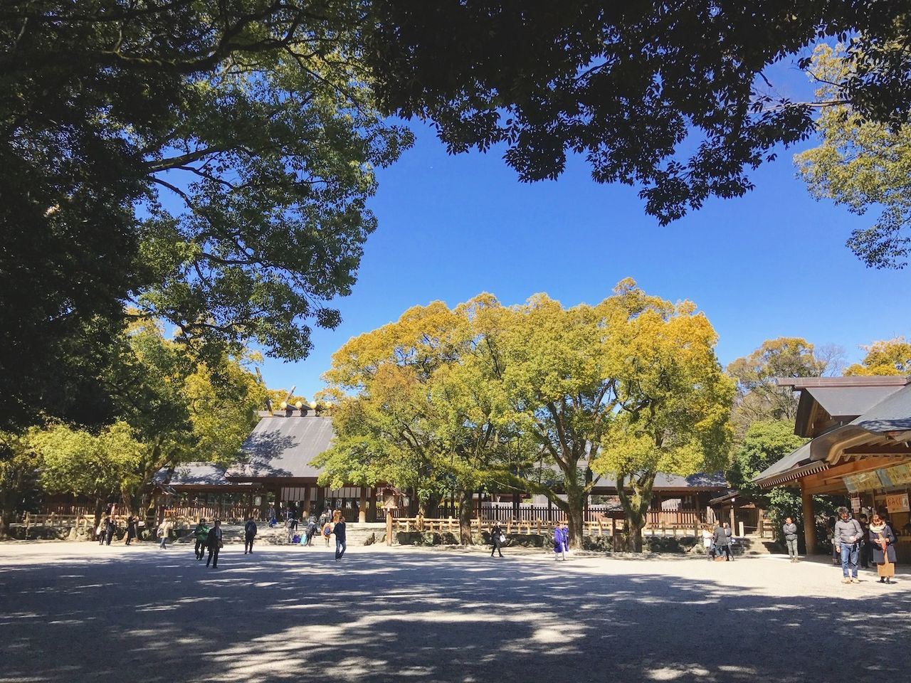 熱田神宮と青い空