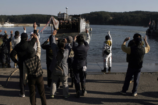 港を離れるLCU。住民の皆さんも、海兵隊員もいつまでも手を振り続けていました