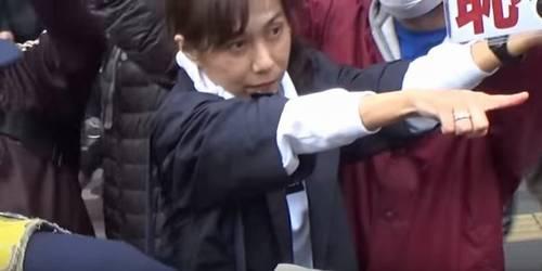 香山リカ人差し指