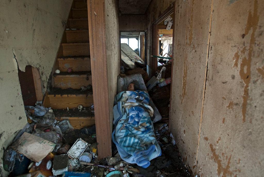 毛布に包まれた老婆の遺体(宮城県仙台市)