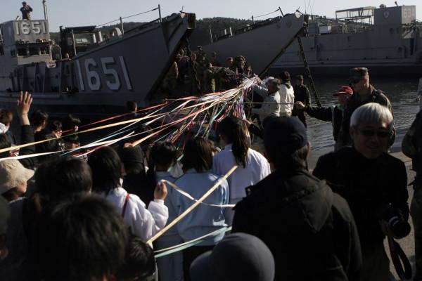 上陸用舟艇(LCU)の出発には、住民の方々がこんなに沢山の紙テープを渡して下さいました