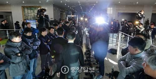 韓国マスコミカメラ床4