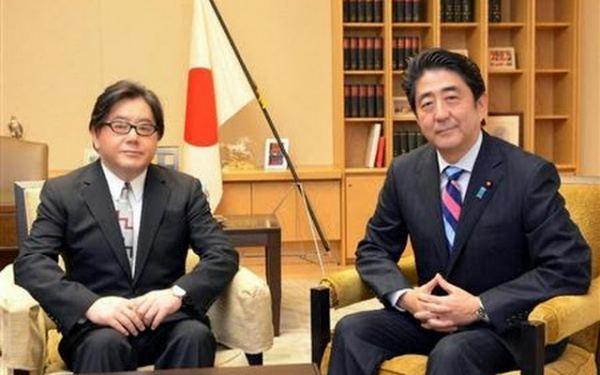 安倍首相と秋元康