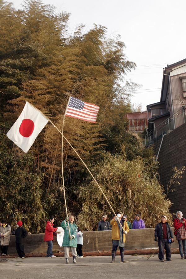 こんなに一生懸命に日米国旗を振って下さいました