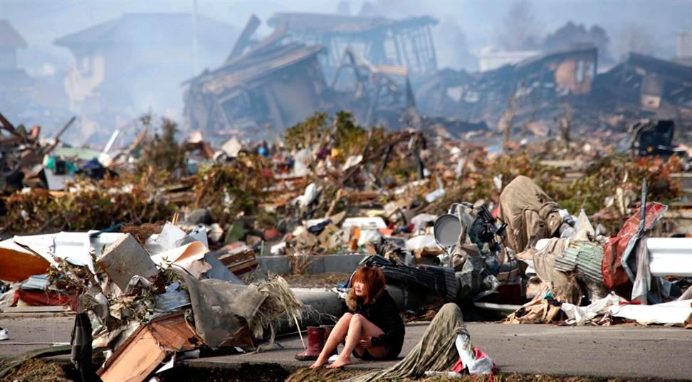 瓦礫の中に座り込み泣く女性(宮城県名取市)