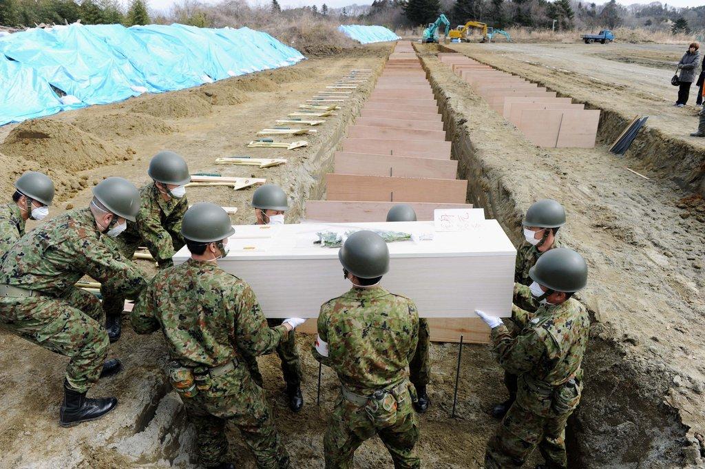 棺を運ぶ自衛隊員
