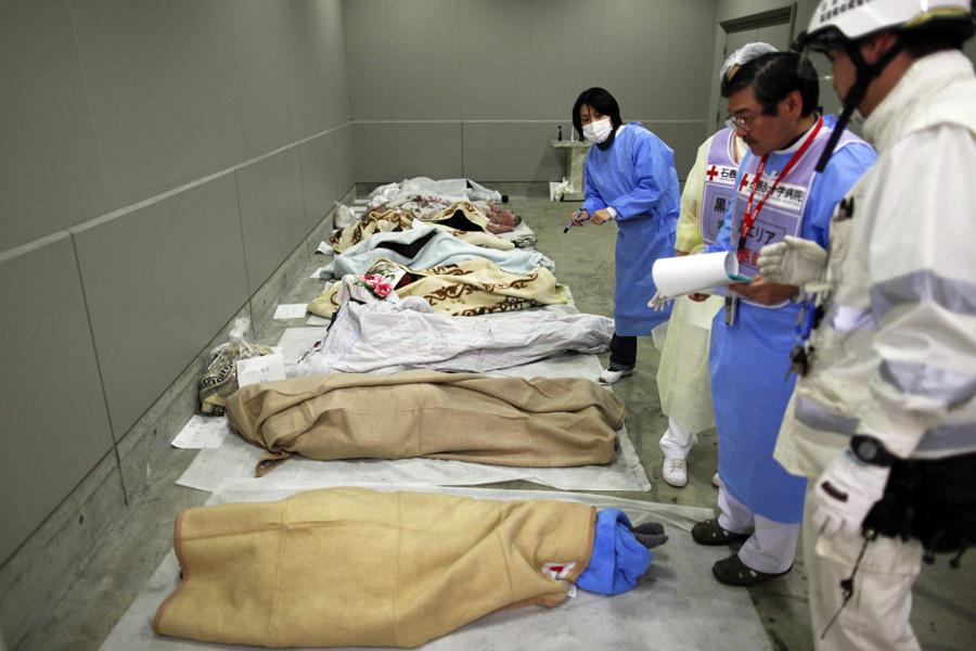 搬送されてきた多くの遺体(宮城県石巻市)