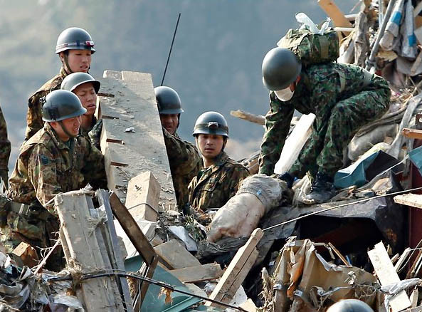 おむつを履いた老人の遺体を搬出する自衛隊員(岩手県陸前高田市)