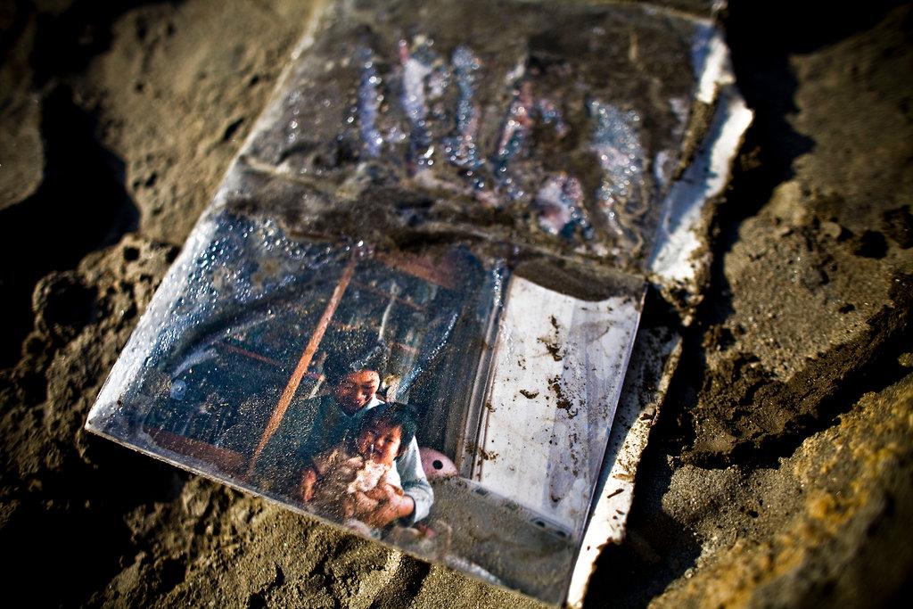 洗い流された民家から出てきた家族の写真(岩手県陸前高田市)