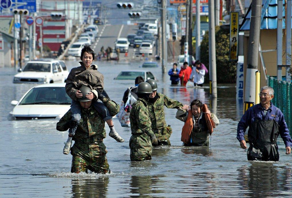 自衛隊、子どもを肩車