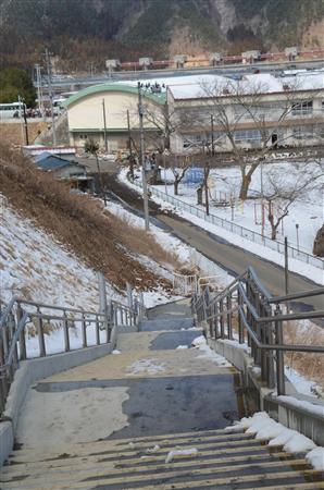 小本小学校の校舎(体育館)裏から伸びる国道45号へ続く避難階段