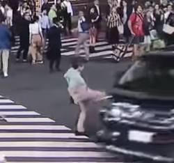 渋谷交差点の暴走車にオッサン蹴り