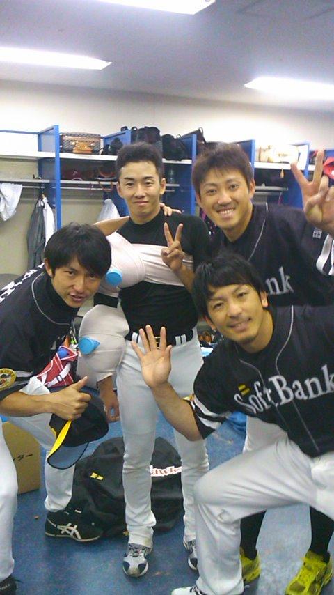 斎藤祐樹を気遣うホークスの選手たち