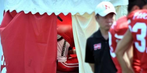 朝日新聞「反則タックルの日大アメフト宮川選手、声を上げて泣いていた」