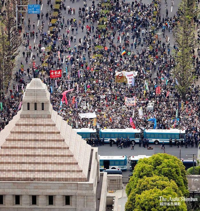 【アベ辞めろデモ】主催者発表「5万人が集まった!」←朝日新聞が裏切りスカスカの空撮写真を公開してしまう…実際に数えた結果wwwwwwwwwww