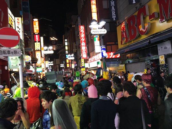 渋谷のハロウィン、去年に引き続き路肩がゴミまみれに