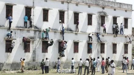 【悲報】インドで1800人カンニング 40人が死亡