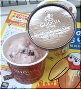 ゴディバのアイス…ストロベリー味にはチョコチップ入り