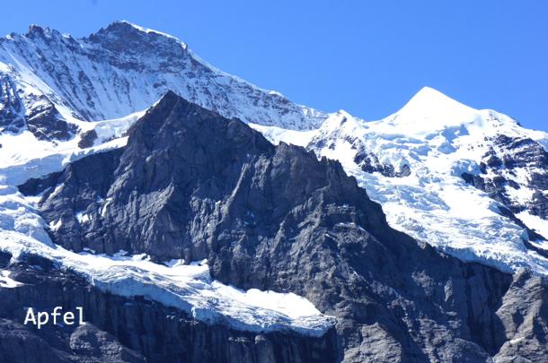 BlogPaint 真夏でも解ける事のない、山の岩肌を覆う雪と氷。  スイスの街角から