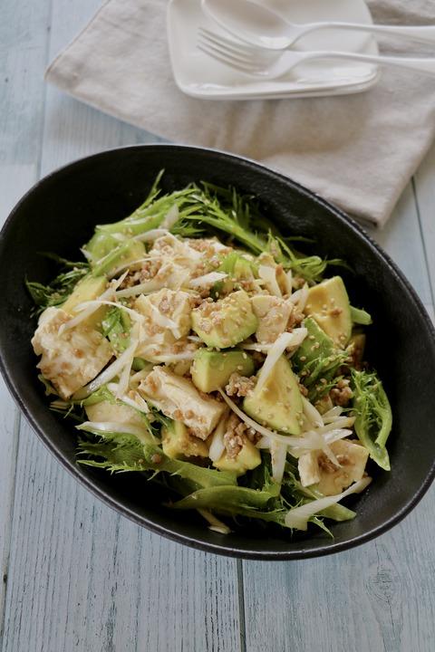アボカドとちぎり豆腐のひき肉サラダ