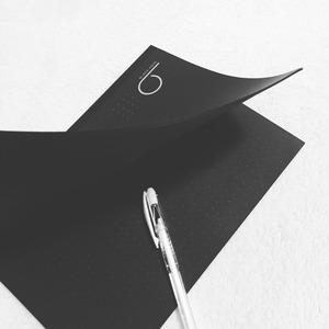 黒いノートと白いペン