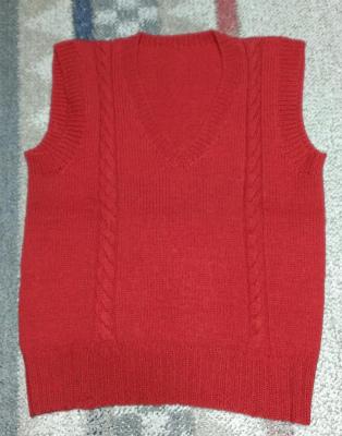 手編みの赤いベスト