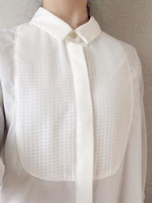 とろみ素材の白ブラウスシャツ
