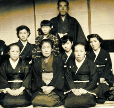 家族で紋付き着物姿の写真