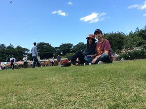 バラ園芝生の2人