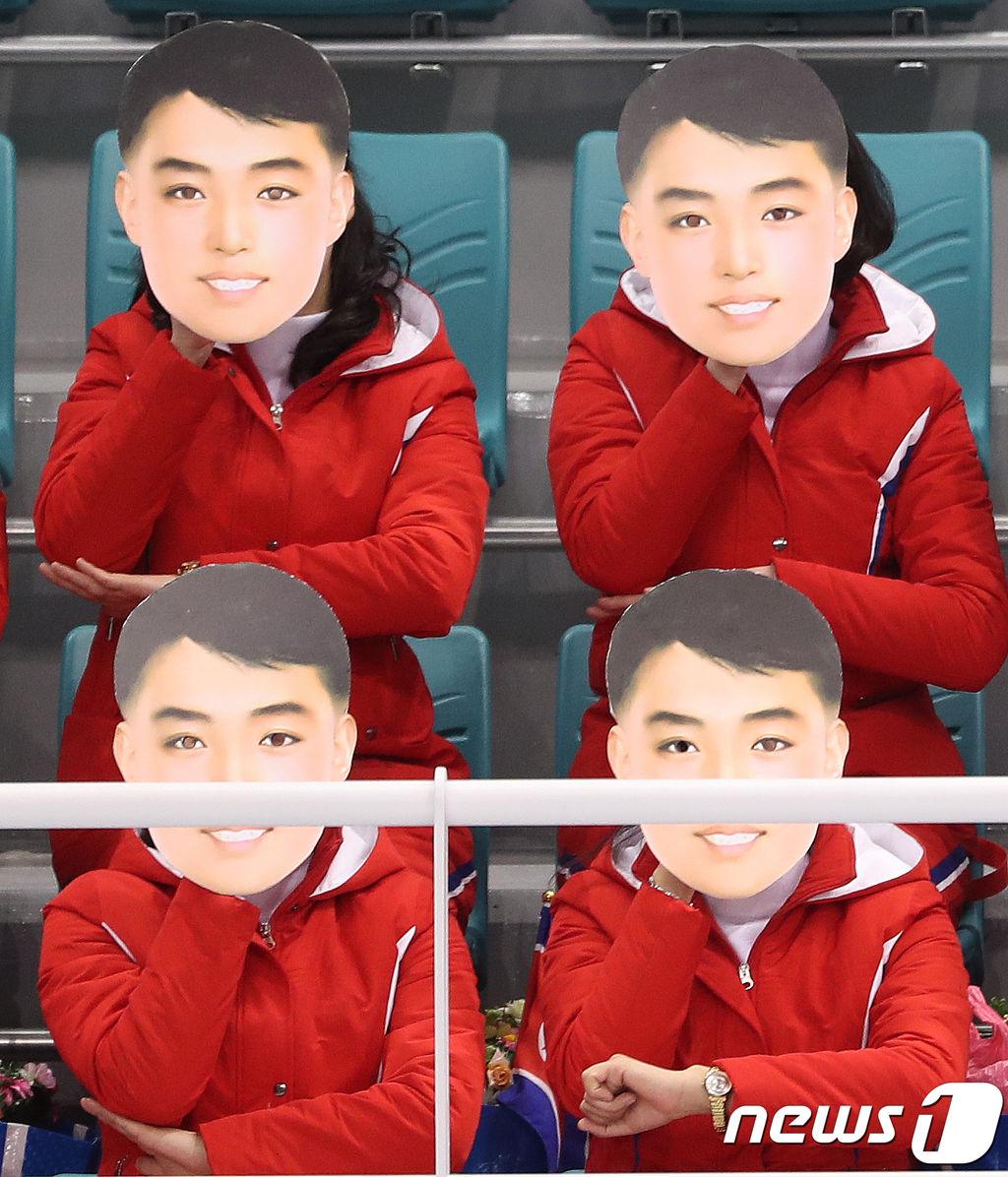 北朝鮮応援団、『美男仮面』をつけて応援(写真)[02/11]