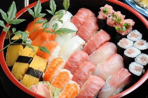 大学生「こう見えて俺めっちゃ食うよw回転寿司とか20皿は食うしw」←こういうやつ