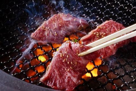 彼女「晩御飯は焼肉だよ」→ご飯もタレもなく塩コショウだけ振ってある牛肉を出され…