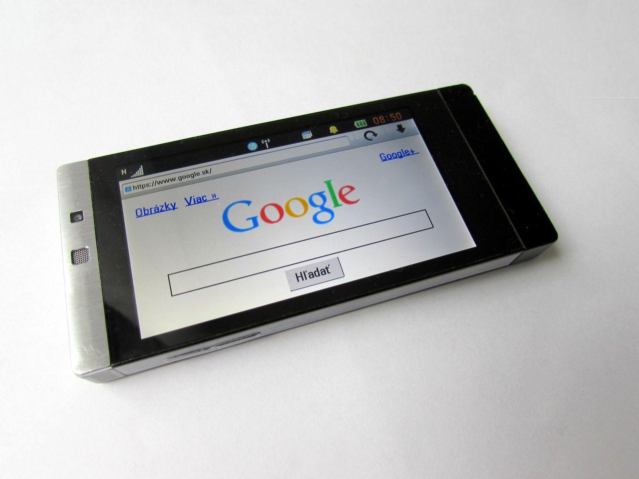 インターネットの利用はパソコンよりスマホでやる人の方が多くなったもよう・・・ 総務省調査