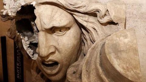 仏の象徴とも言われる凱旋門のマリアンヌ像、破壊される
