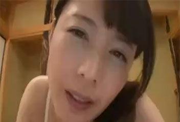 三浦恵理子 勃起乳首がイヤラシイお母さんが息子の性器を丁寧にフェラチオ
