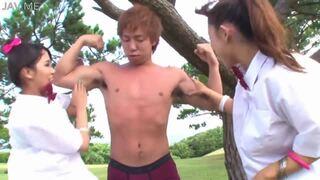 【友田彩也香 水咲あかね】制服ギャルたちが野外でマッチョを逆ナン3P