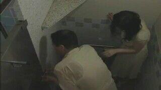 トイレで熟女が立ちバック