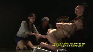 【川上ゆう】マゾな熟女が衆人環視で浣腸公開ショー
