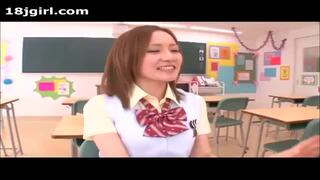 【立花美涼】ビッチな制服美女が同級生たちを教室で手コキ3P