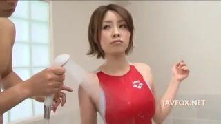 【奥田咲】競泳水着美人をペッティング
