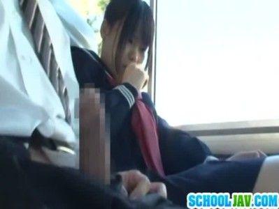 バスの中で変態親父がJKに勃起チンコを見せつけフェラ&手コキさせる