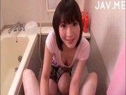 ロリ美少女がチンコを洗ってくれてフェラしてくれるとか
